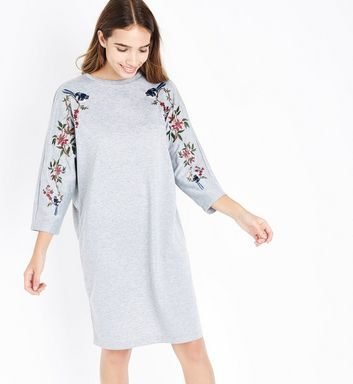 Femme grande - Robe pull grise à manches brodées